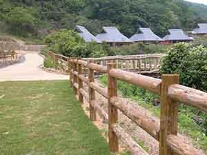 中川木材産業の自然木テェンス(間伐材)